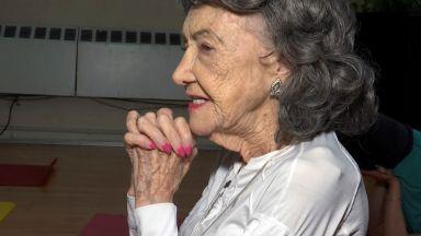 100-годишна преподавателка по йога продължава да практикува