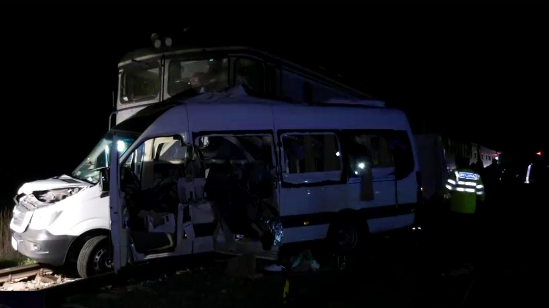 Смъртоносен сблъсък на микробус и влак в Румъния (видео)