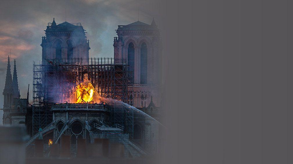 """Пожарът в парижката """"Нотр Дам"""""""