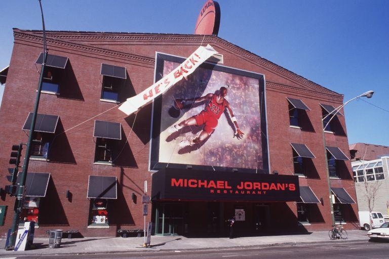 Чикаго е в еуфория! След година и половина, ТОЙ се завръща! Майкъл Джордан заряза бейзбола и се върна там, където е най-добрият в света - на паркета в НБА