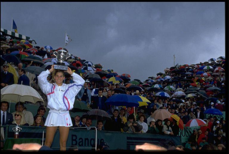 """На 17 години Моника Селеш бе считана за феномен. Основателно. През 1990 г. югославската тенисистка спечели първия си турнир от Големия шлем (""""Ролан Гарос""""), а в следващите два сезона записа требъли - вдигна купите в Австралия, Париж и Ню Йорк, като и убягваше само """"Уимбълдън"""". Доминация за историята на едно хлапе! До Хамбург и мача с Маги Малеева... На 30 април 1993 г. Селеш се изправи срещу българката в четвъртфинал в немския град. При една от почивките я нападна фен с нож в ръка, който я прободе в гърба."""