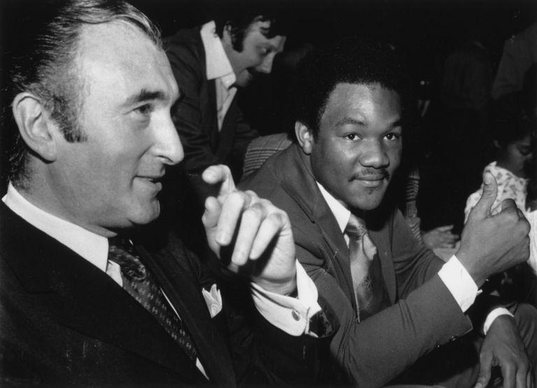 Джордж Форман е наричан Пастора на бокса, а завръщането му е истинско чудо в спорта. През 1971 г. той печели първата си Световна титла, а до 1976-а взима още два пояса. Неоспорим шампион в тежката категория, Форман губи само един от първите си 47 мача в професионалния бокс - от Мохамед Али в Заир през 1974 г. След втората му загуба обаче, от Джими Йънг (1977), 28-годишният боксьор решава да се откаже. Получава тежки психологически травми, паник атаки, пристъпи на задушавания и т.н.