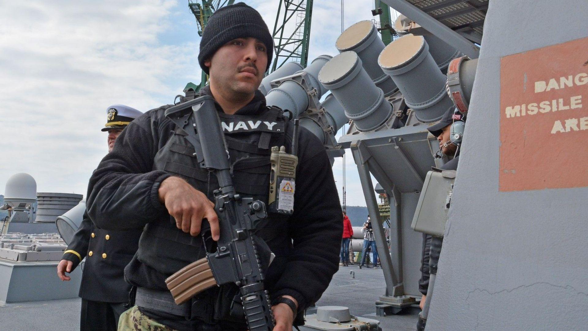 Снимка: Американски боен кораб акостира във Варна