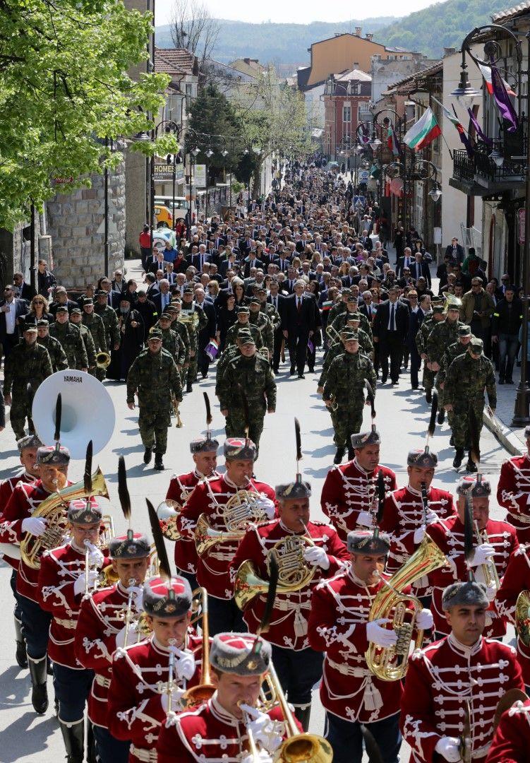Председателят на парламента Цвета Караянчева, лидери на партии и депутати преминаха в празнично шествие по централните улици на града