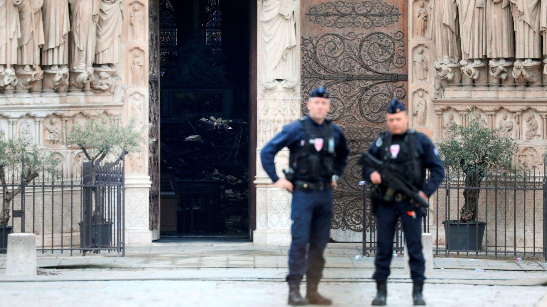 """Пожарът в катедралата """"Нотр Дам"""" вероятно е причинен от злополука"""