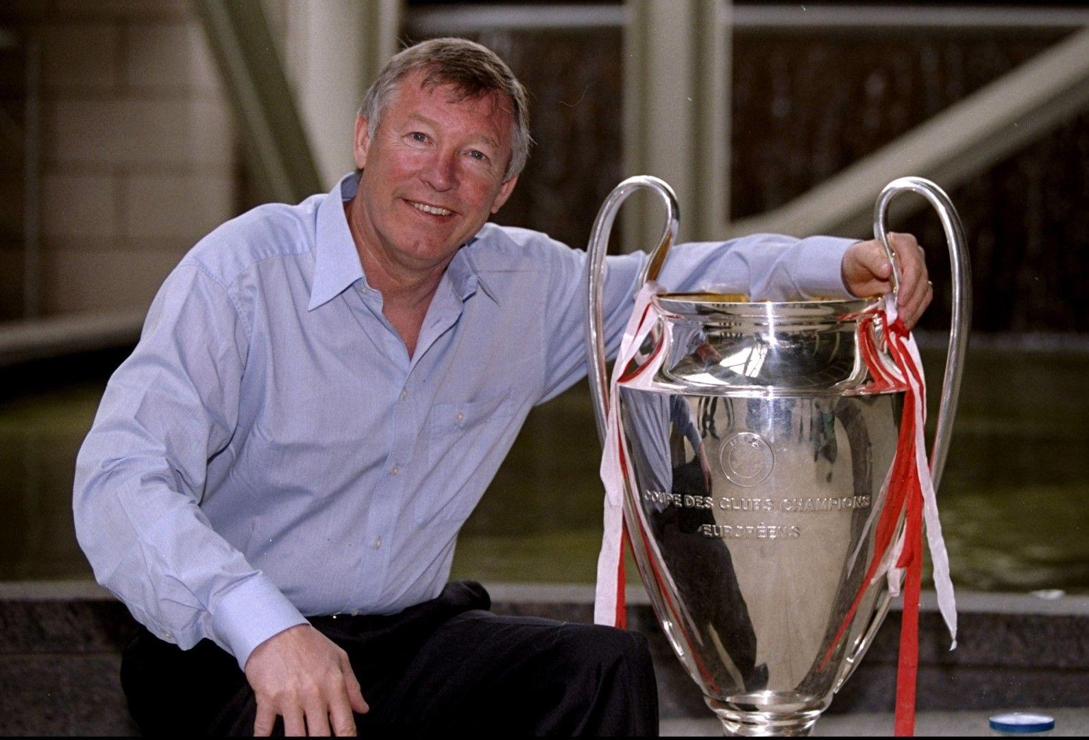 Сър Алекс Фъргюсън при завръщането в Манчестър с трофея в Шампионската лига. Това бе третата от купите, спечелени от Юнайтед в един драматичен и незабравим сезон 1998-1999 г.