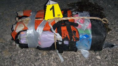 Нов сак с 16 пакета кокаин изплува на плажа Болата (снимки)