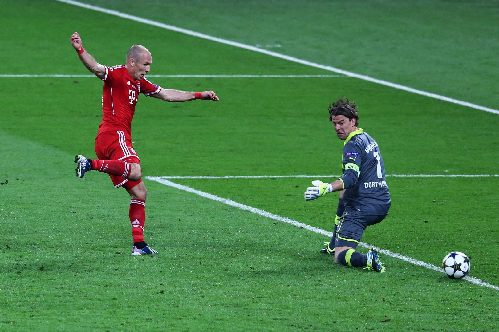 """Моментът на истината - Ариен Робен бележи победно във вратата на Борусия (Дортмунд) на """"Уембли"""" в 89-ата минута. Байерн е шампион на Европа, с което оформя и требъл за сезон 2012-2013 г."""