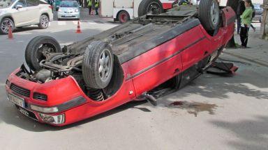 Кола се обърна по таван при опит за изпреварване в центъра на Русе (снимки)