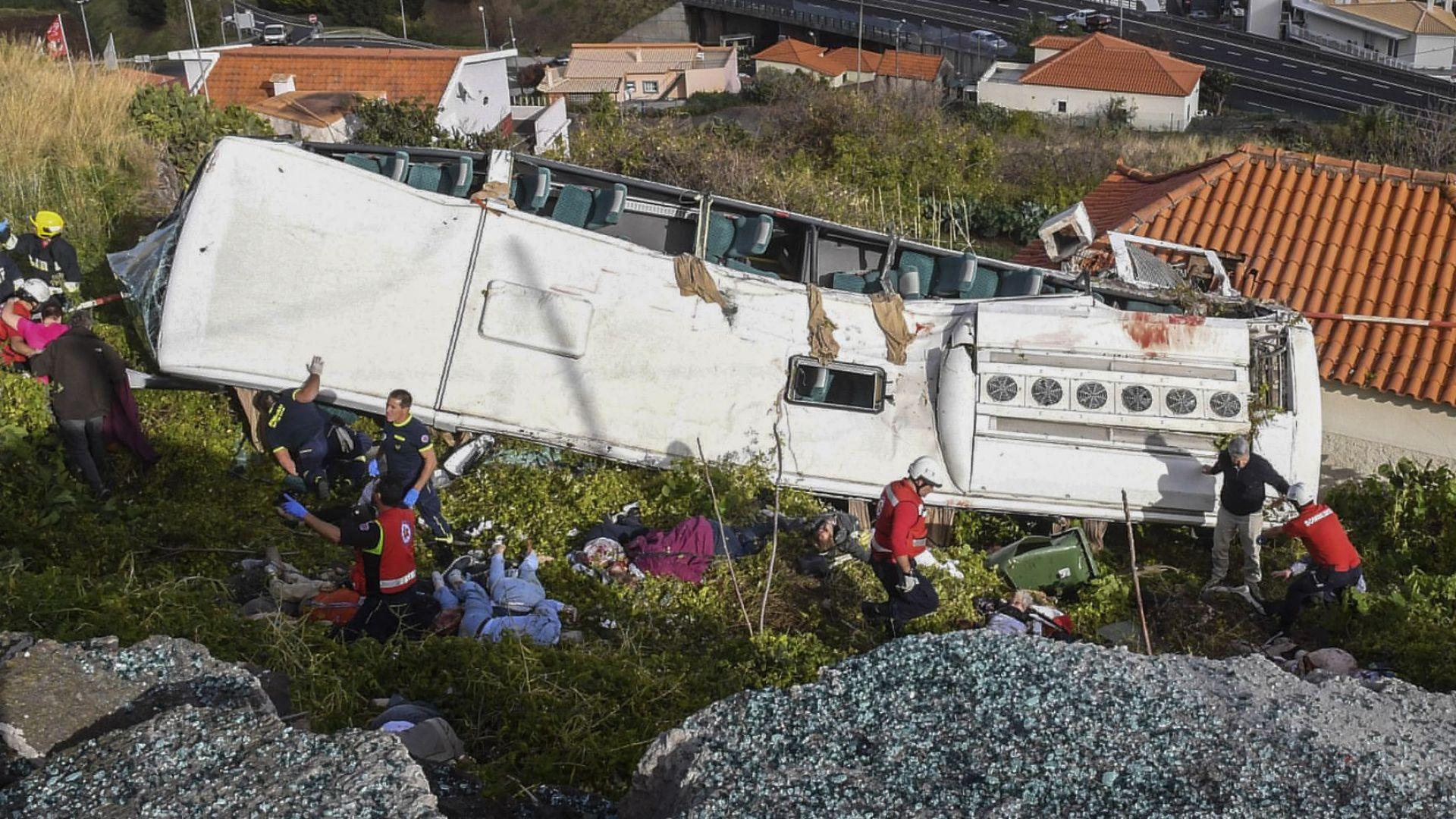 Автобус с германски туристи се обърна на Мадейра, 29 загинаха (видео)