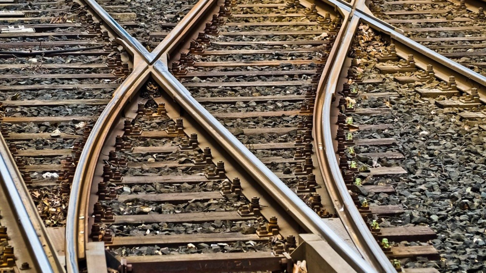 Човек е бил блъснат от влак в района на Искърското