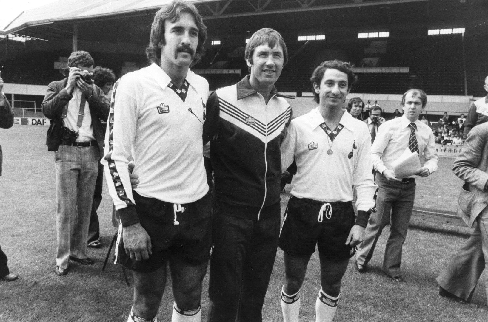 Треньорът на Тотнъм Кийт Бъркиншоу с двете си аржентински звезди - Ози Ардилес (вдясно) и Рики Виля (1981 г.)