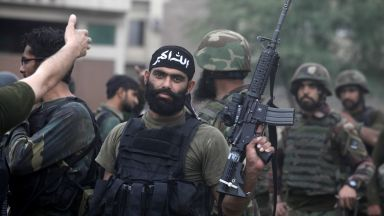 Въоръжени отвлякоха автобус и разстреляха 14 души в Пакистан