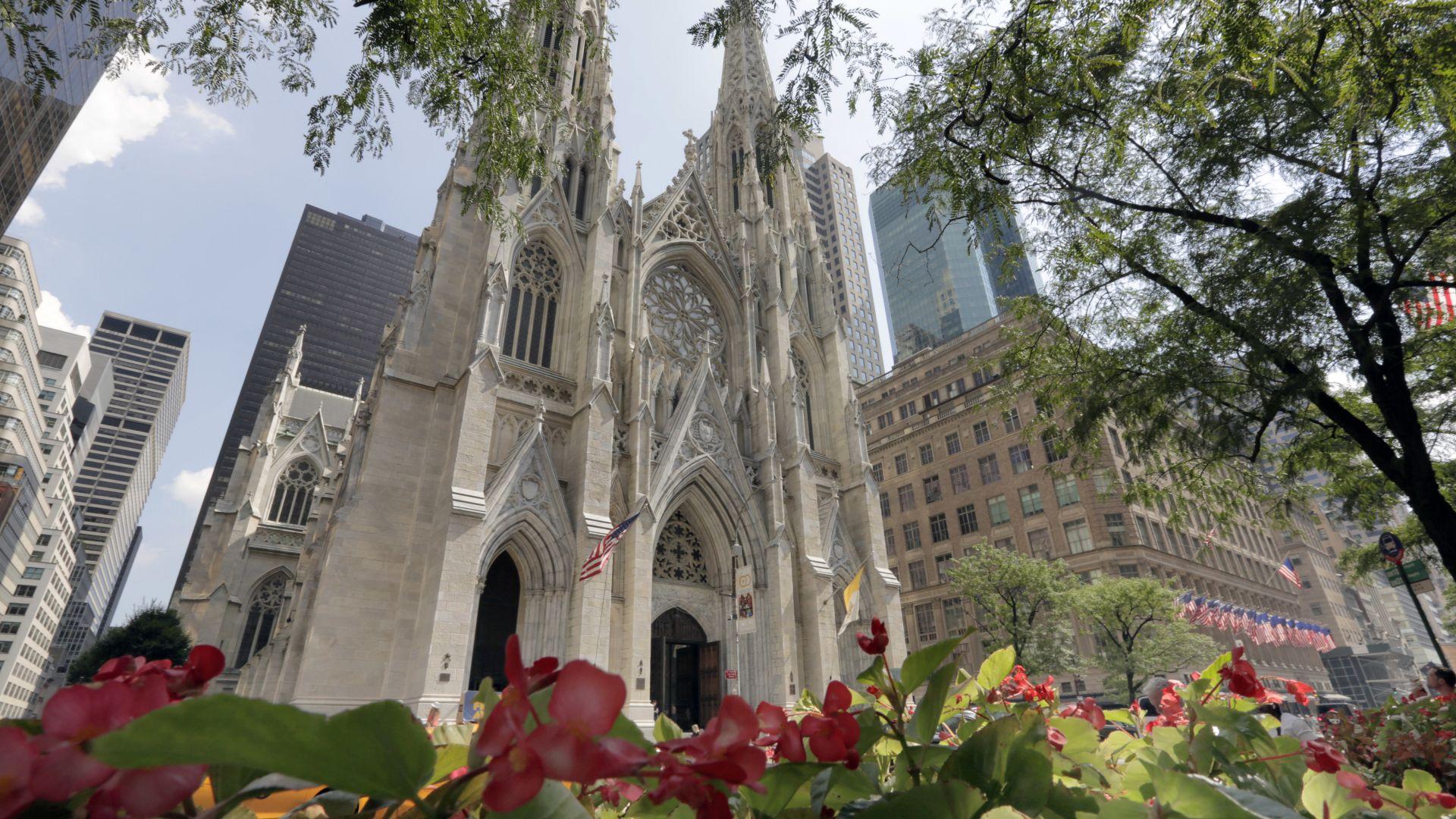 """Арестуваха мъж, влязъл с туби бензин в нюйоркската катедрала """"Свети Патрик"""""""