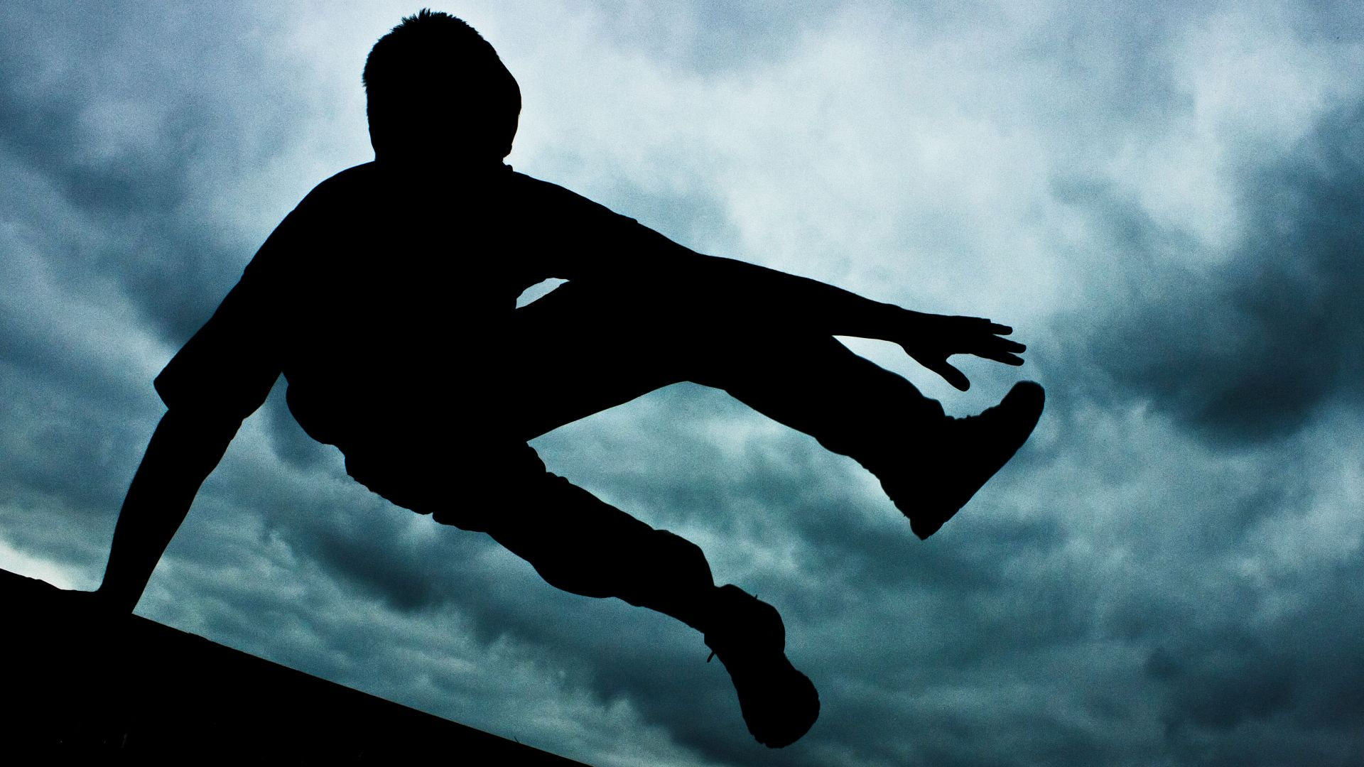 17-годишно момчепадна в процеп между две сгради и се заклещи