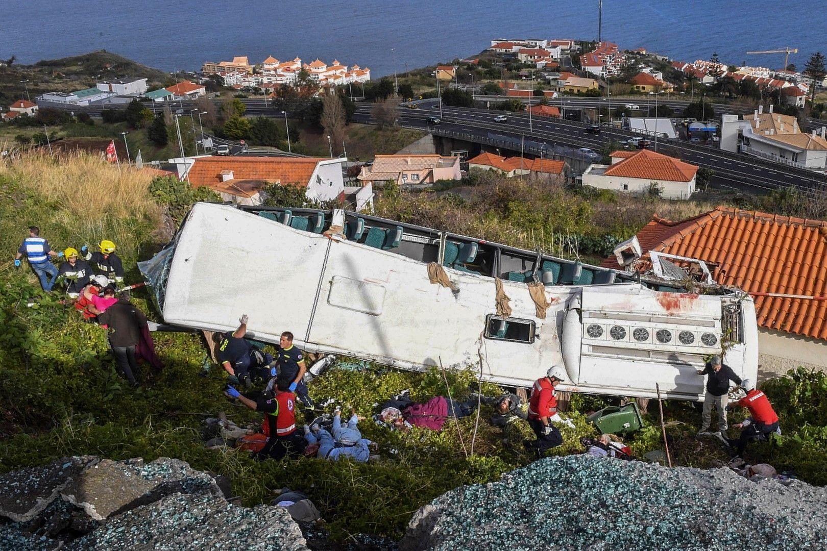 Изтеглят автобуса, спрял в къща своето спускане надолук