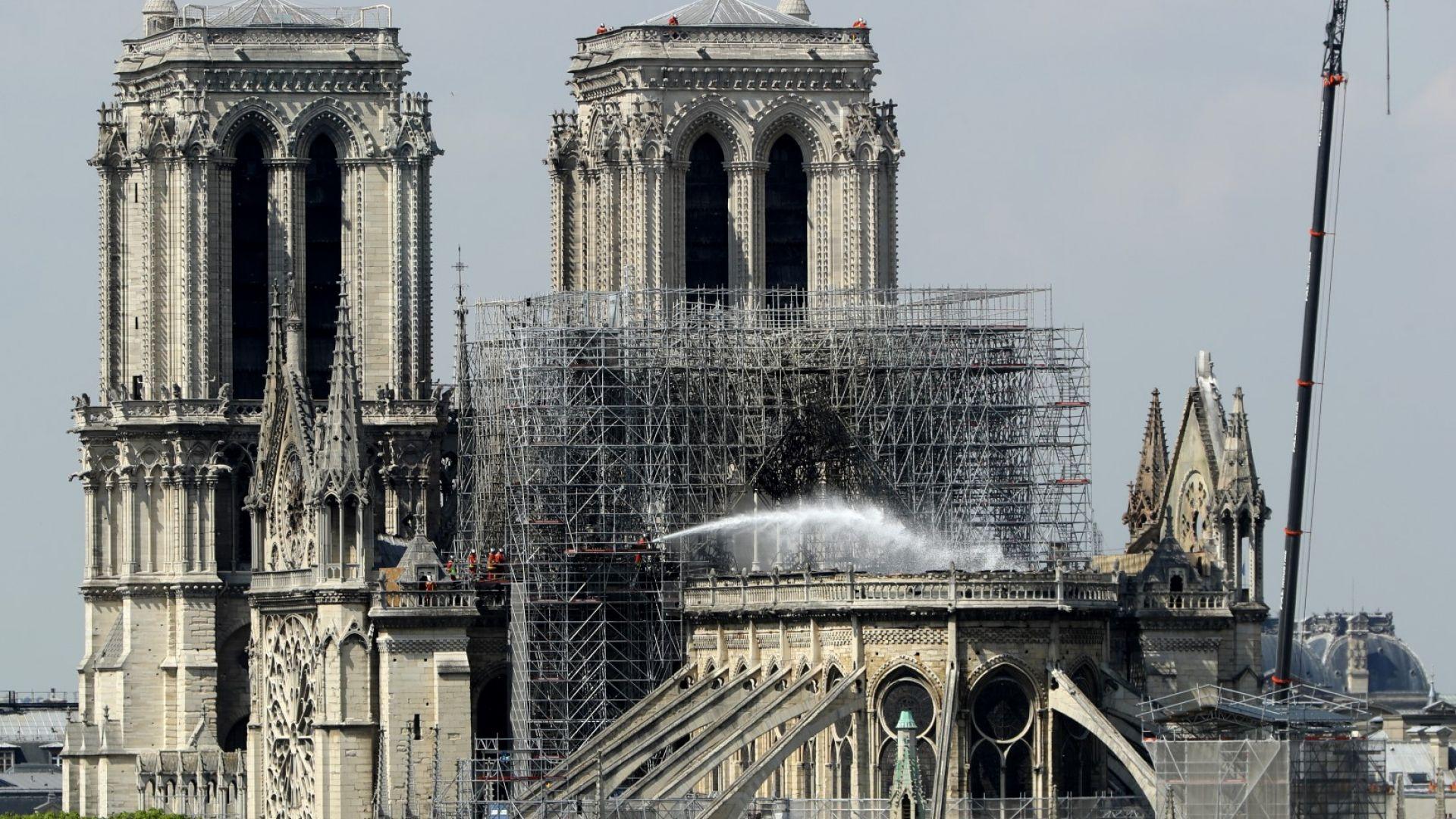 Брезент ще пази Нотр Дам от дъждовете