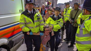Лондонските екоактивисти се заканиха да продължат блокадите
