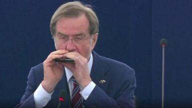 На прощаване: Евродепутат изсвири на хармоника