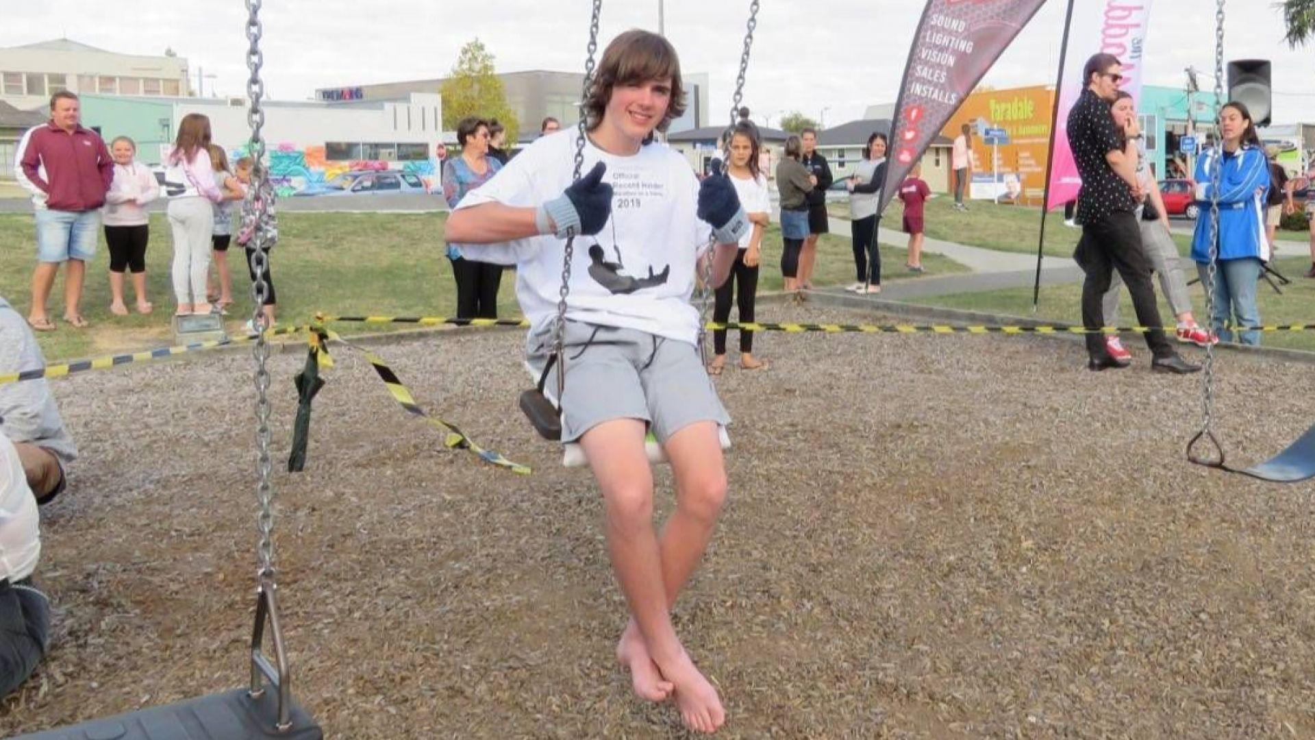 16-годишен новозеландец подобри световния рекорд по люлеене на люлка. Чарли