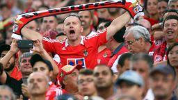 Камъни, счупени стъкла и играчи в болница - така се завърна футболът в Португалия