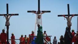 Традицията повелява: Разпнаха католици във Филипините, стотици се самобичуваха (снимки)