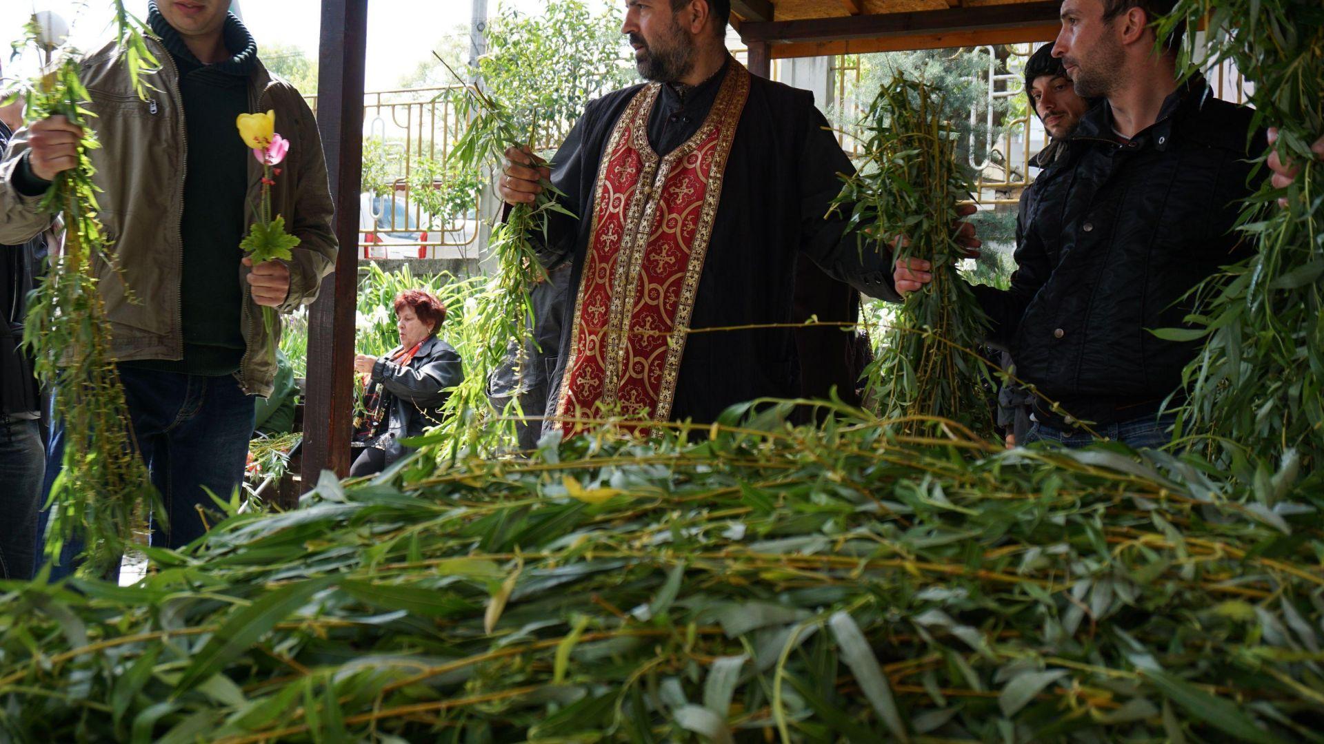 Свещеници от Бургас призоваха да не се внасят в храмовете