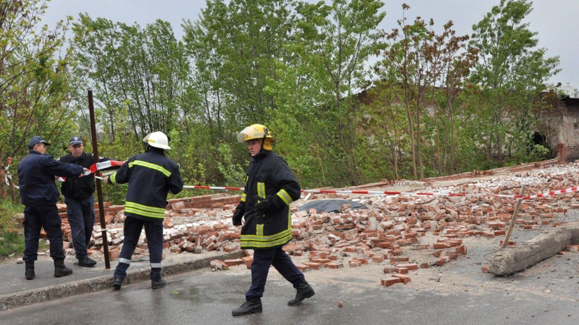 Падна стена на бивше военно поделение в Хасково, има загинал