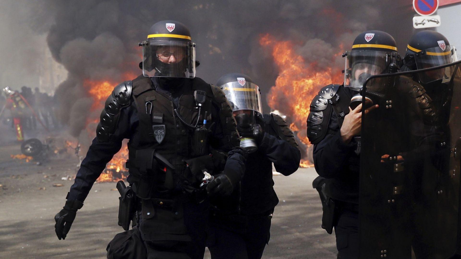 """Нови размирици в Париж, стотици арeстувани при протест на """"жълтите жилетки"""" (снимки/на живо)"""