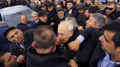 Нападнаха опозиционен лидер в Турция по време на погребение (видео)