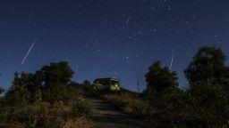 """Наши астрономи заснеха """"падащи звезди"""" в първия за годината метеорен дъжд (видео)"""