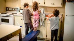 Децата, които помагат в домакинството, се справят по-добре в училище