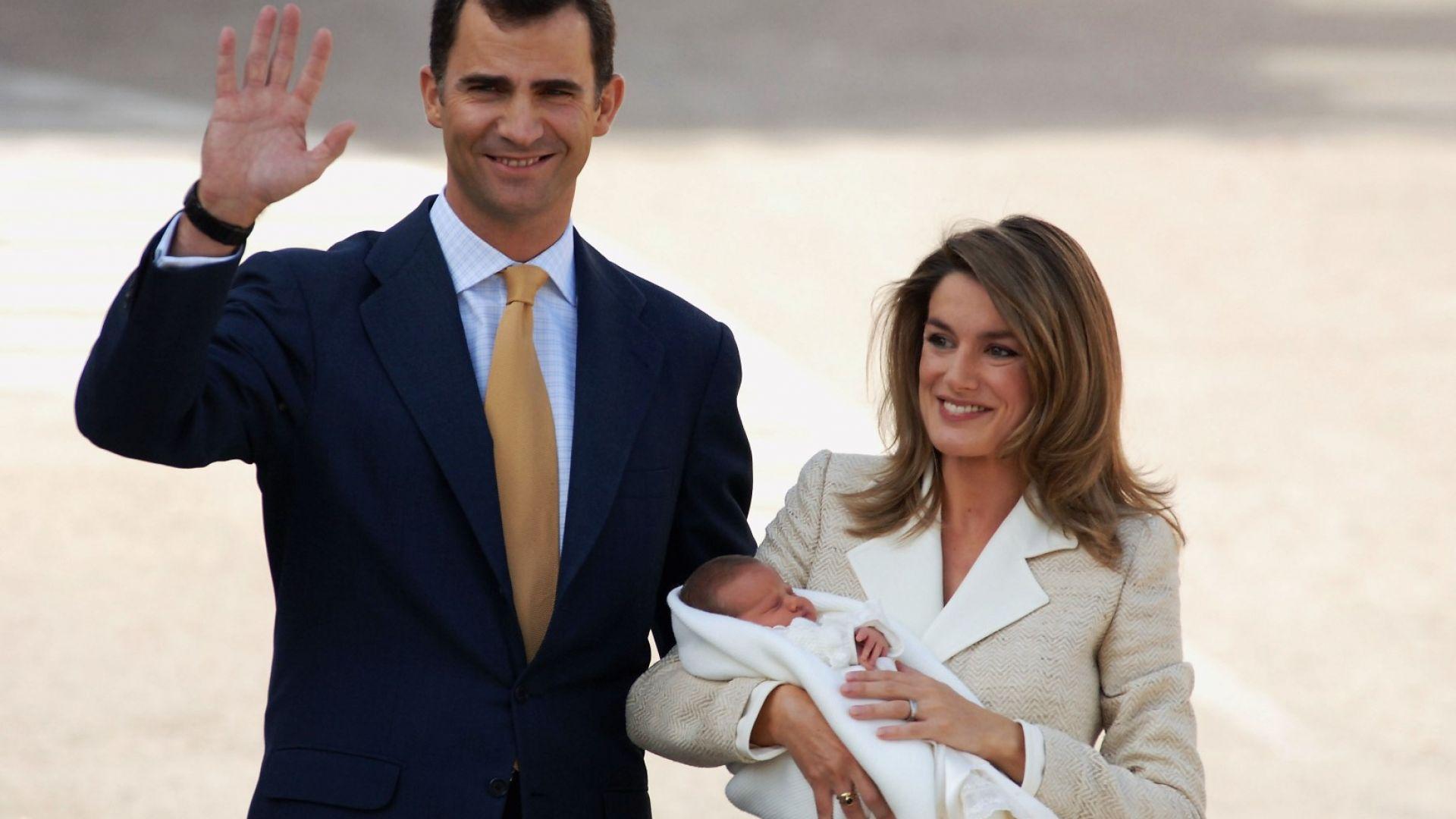 Испанският престолонаследник принц Фелипе (сега крал Фелипе VI) и принцеса Летисия (сега кралица Летисия) с новородената си дъщеря Леонор - 7 ноември 2005
