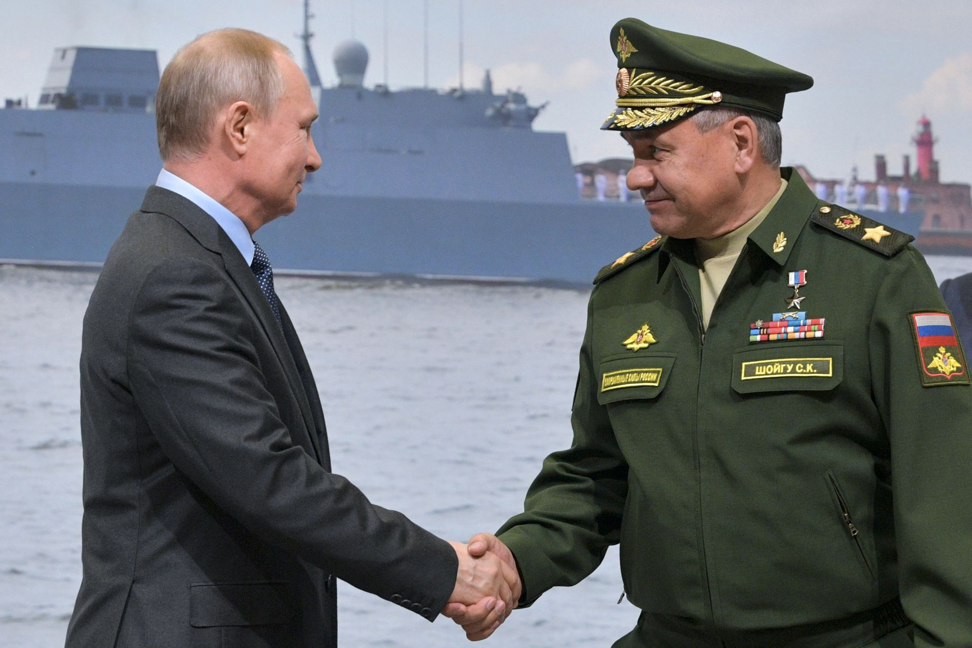 Президентът и военният министър Сергей Шойгу се поздравяват с успеха