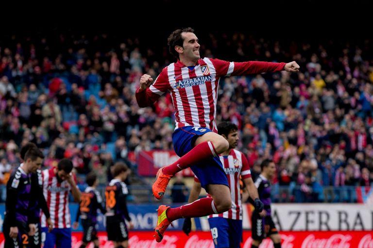 Диего Годин, капитан на Атлетико. На гърдите му е спонсорът на клуба в продължение на няколко години през това десетилетие. Държавата Азербайджан
