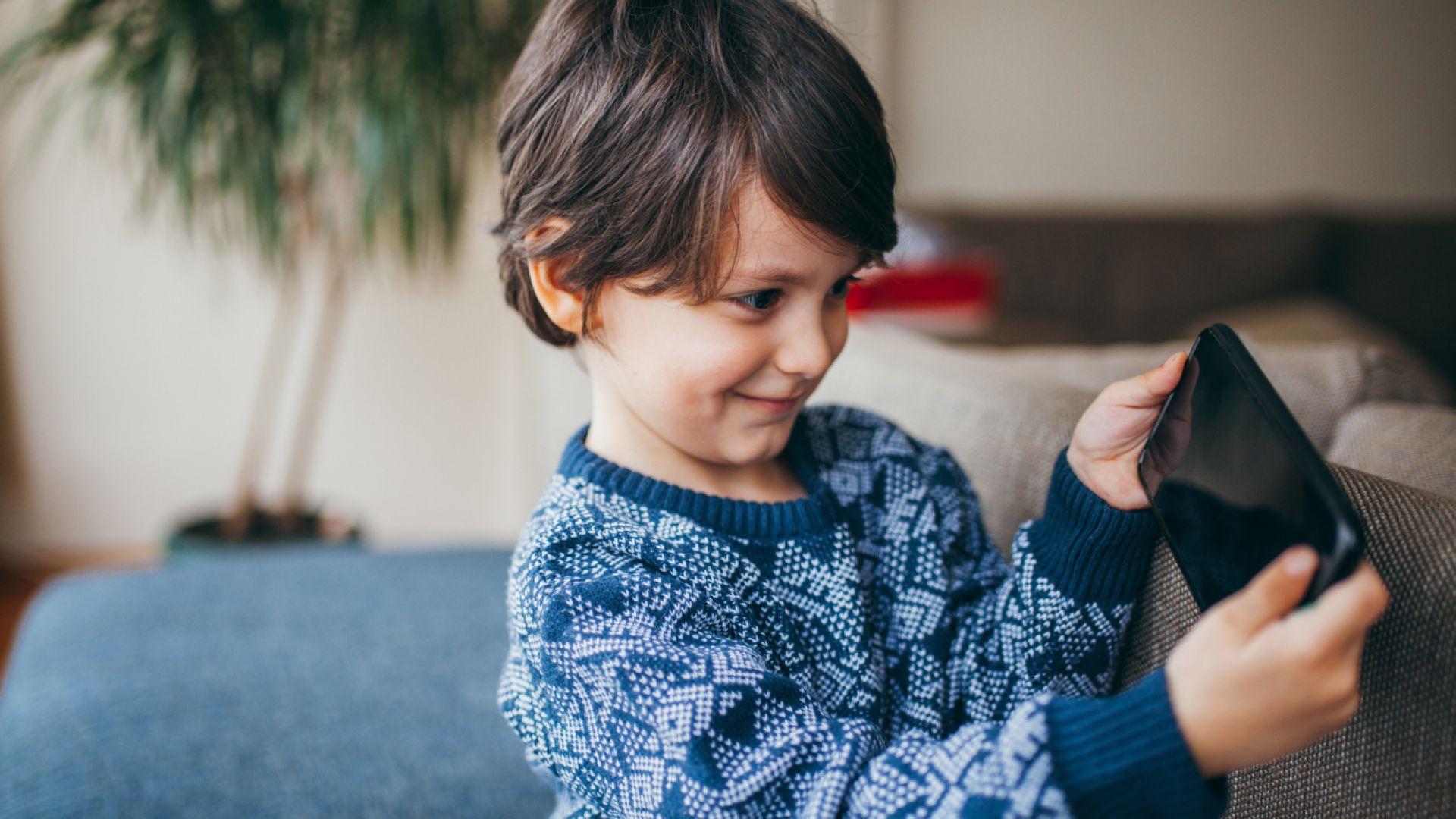 СЗО: Децата под 5 години да прекарват най-много 1 час дневно пред екрана