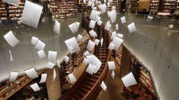 Китайска книжарница, в която лампите са като плуващи във въздуха листи
