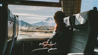 Глобиха със 7500 евро двойка за орален секс пред пътници във влак