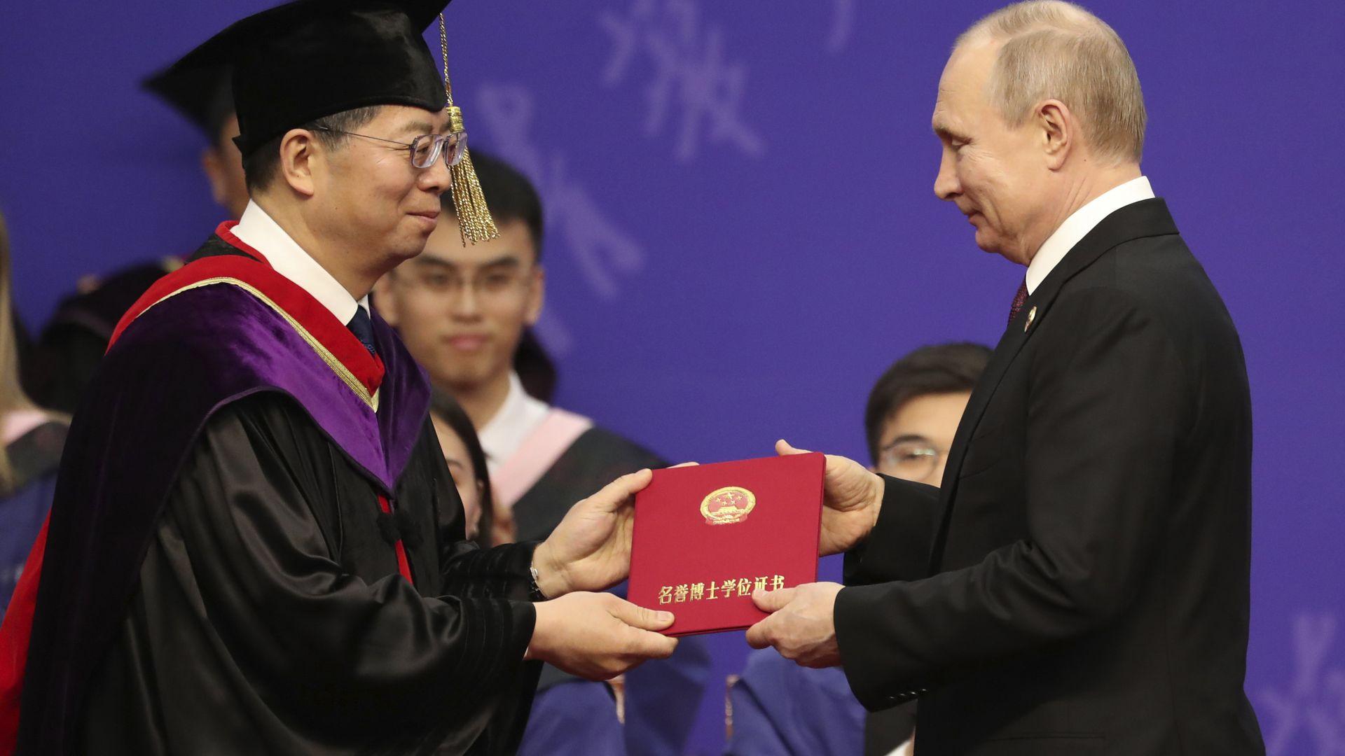 Си Цзинпин удостои с почетно научно звание руския си колега Владимир Путин