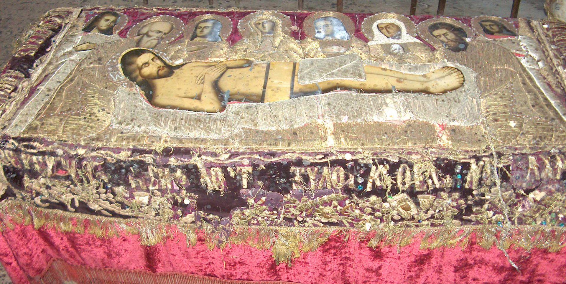В храма в Сланотрън се пази и уникална плащеница, с която се обикаля църквата на Разпети петък. Много стара, ушита със сърмени конци тя е сред най-старата запазена до днес църковна утвар на територията на Видинската епархия