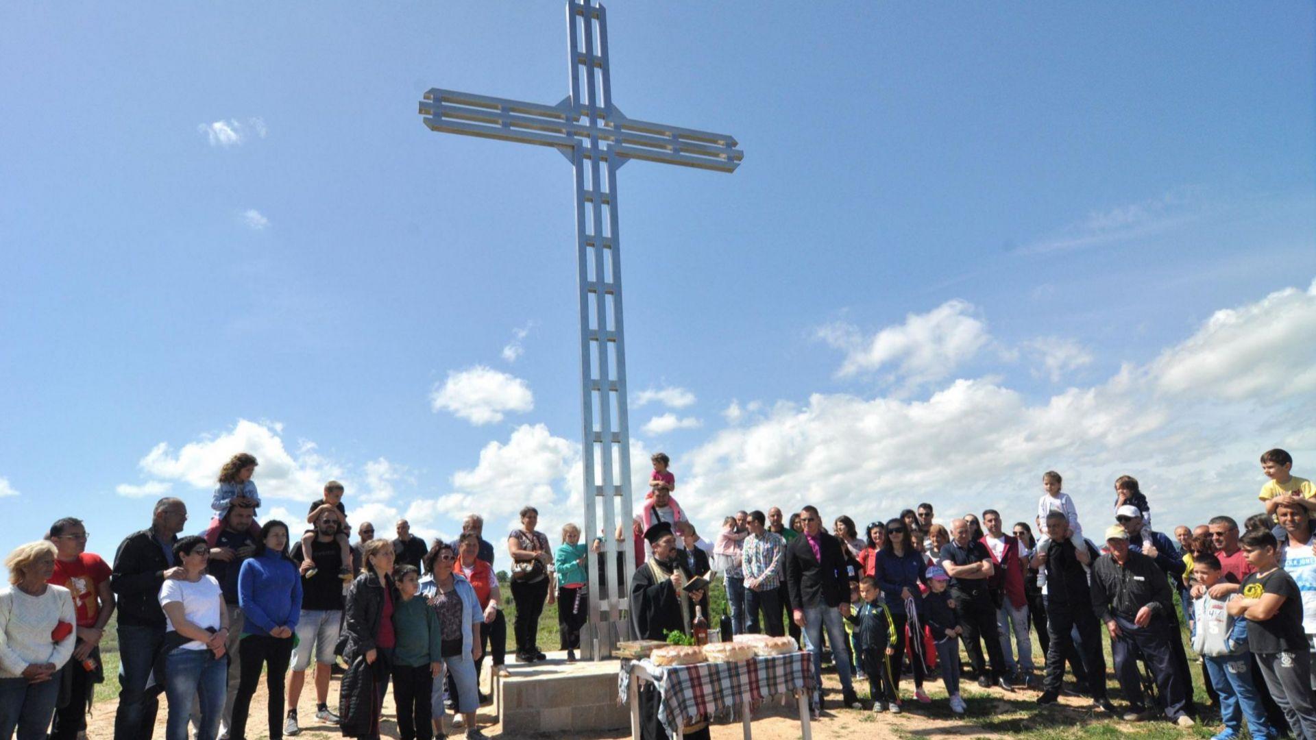 8-метров кръст беше осветен край хасковско село (снимки)