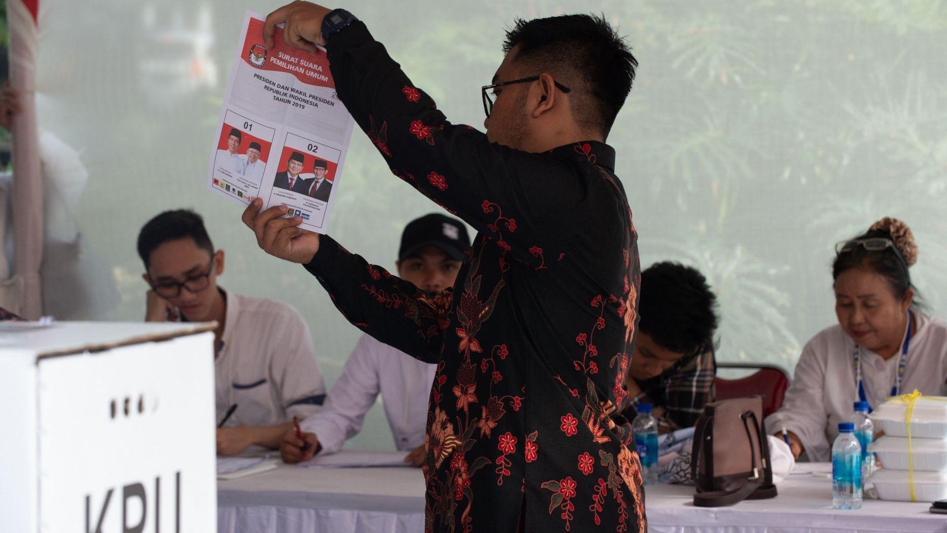 Над 270 членове на избирателни комисии починаха от преумора в Индонезия