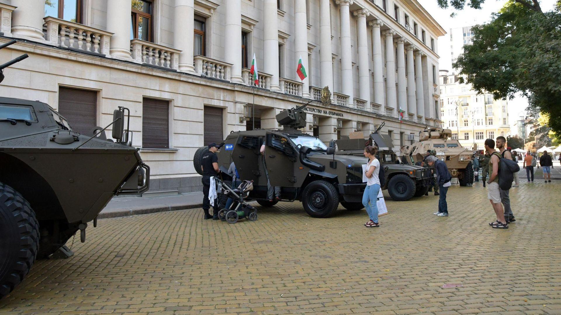 Военни колони тръгват утре към различни градове в страната