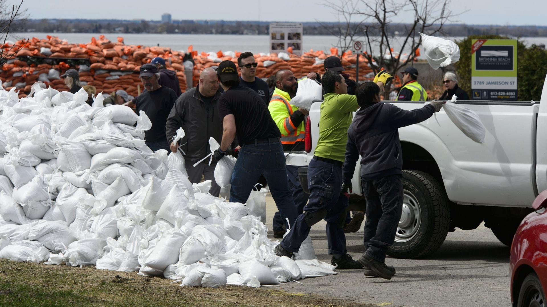 Хиляди евакуирани заради проливни дъждове в Канада (снимки)