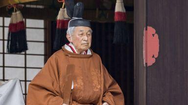 Първа абдикация на японски император от над 200 г.