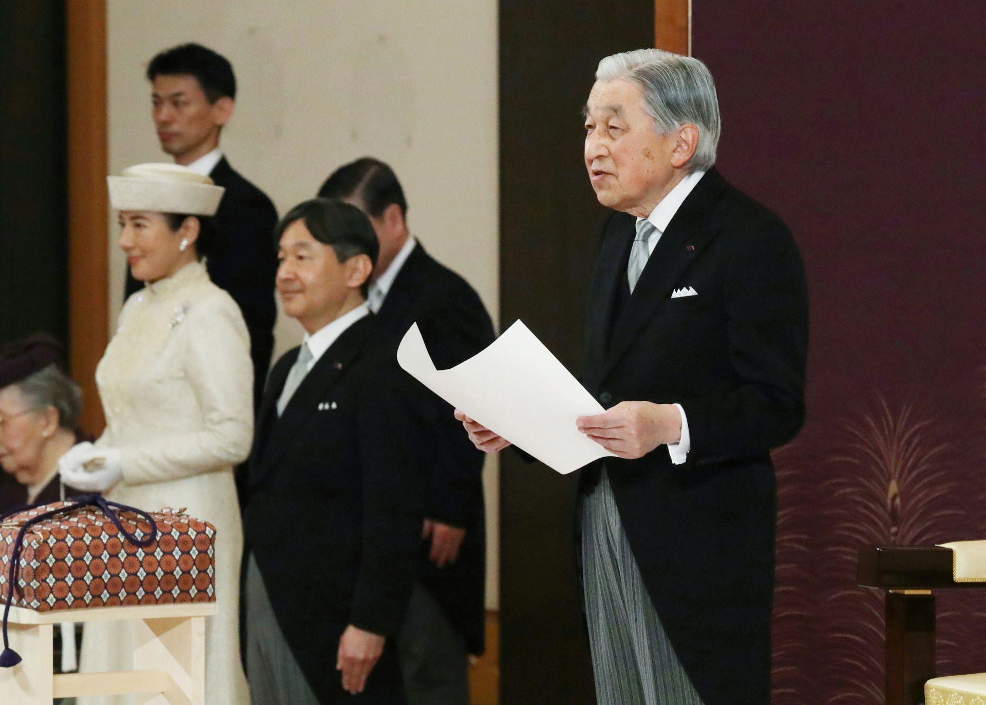 Японският император Акихито говори по време на церемонията по абдикацията си пред други членове на кралските семейства и висши държавни служители в Имперския дворец в Токио