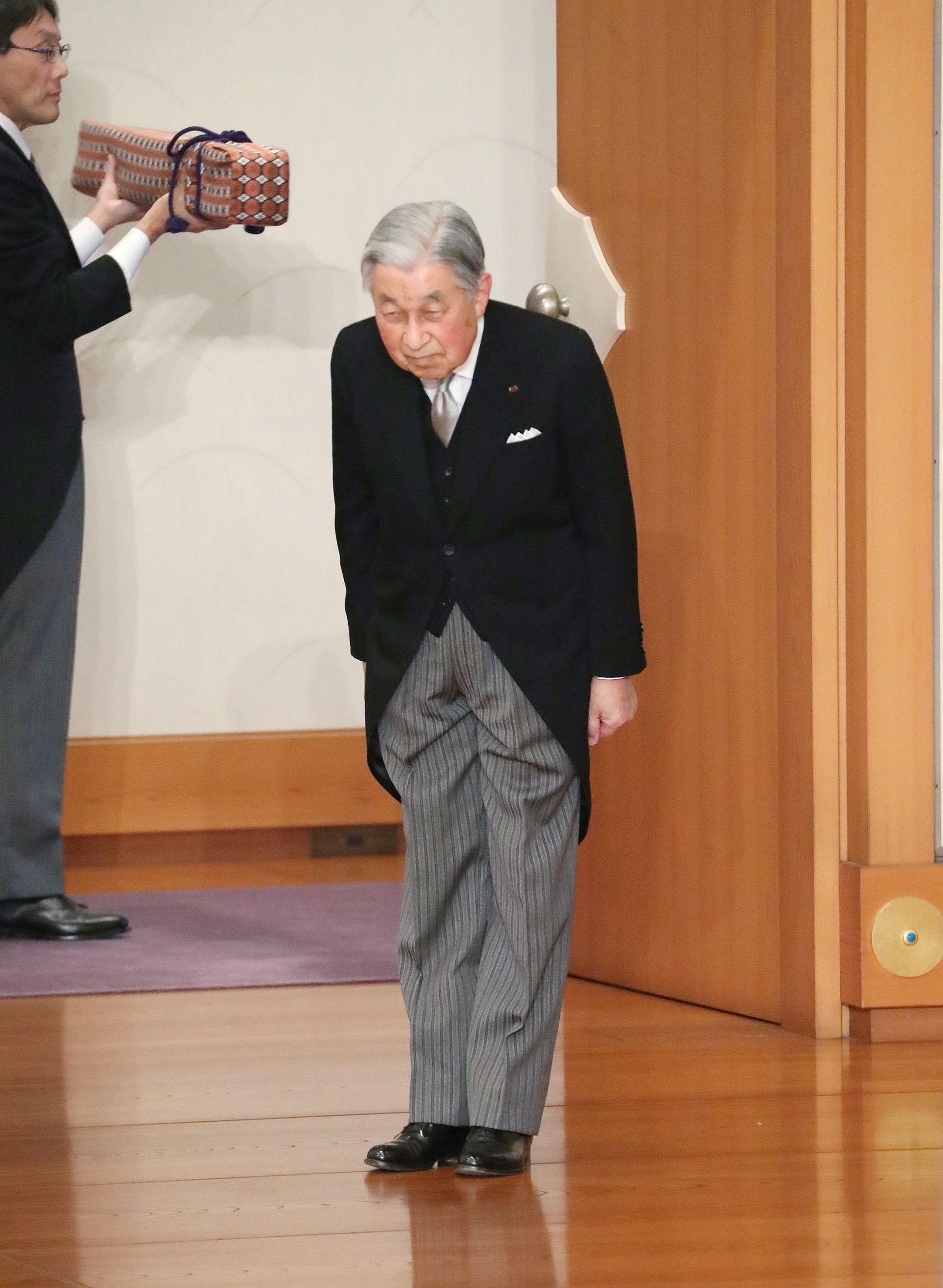 Японският император Акихито се покланя преди да напусне след церемонията по абдикацията си пред други членове на кралските семейства и висши държавни служители в Имперския дворец в Токио