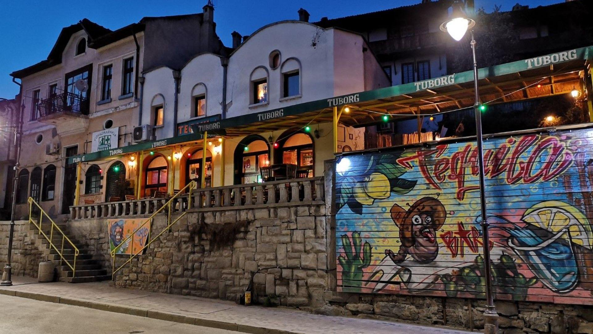 Входът към бар Funky Monkey е от главната уилца на Стария град. Задължително отидете там без колата.