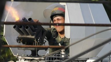 При стрелба е ранен военен, верен на Мадуро, бронетранспортьор мачка протестиращи