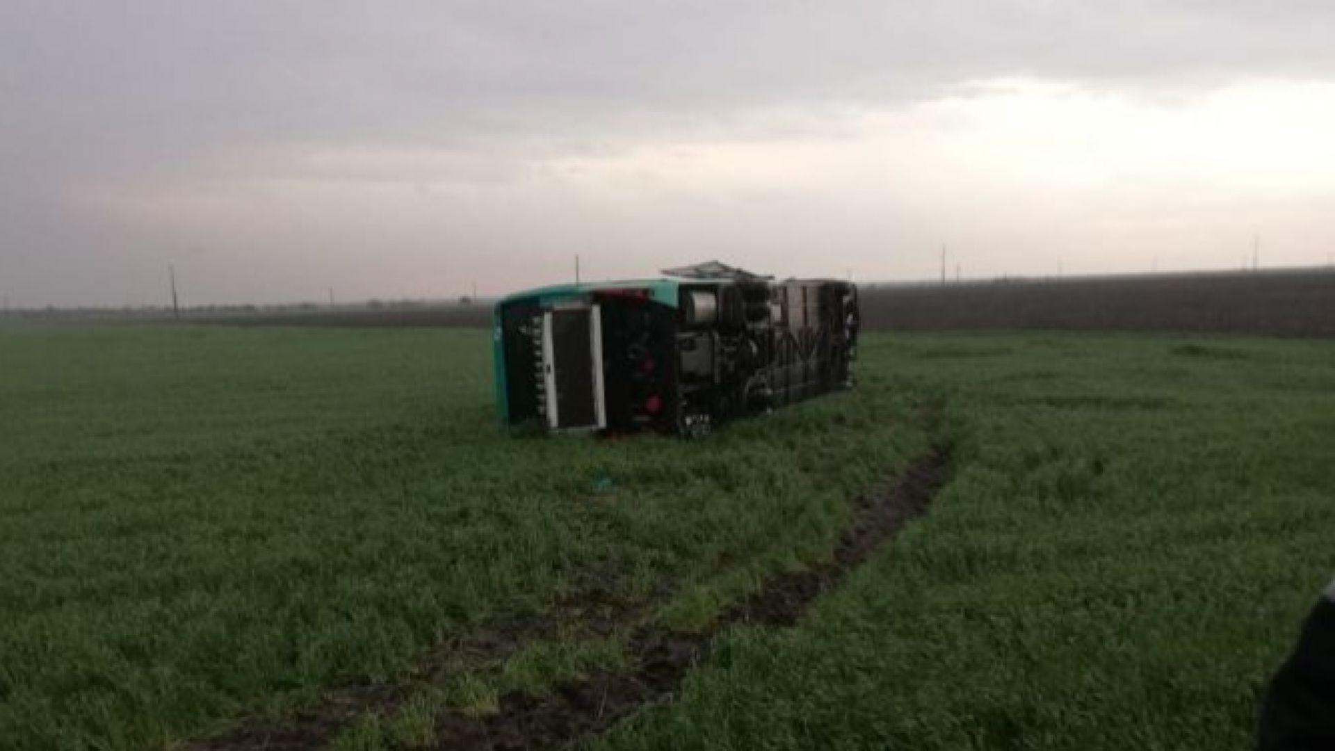 Мощно торнадо в Румъния обърна автобус, има ранени